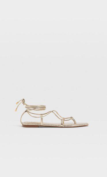 Flache Sandalen mit Überfußriemen für 19,99€