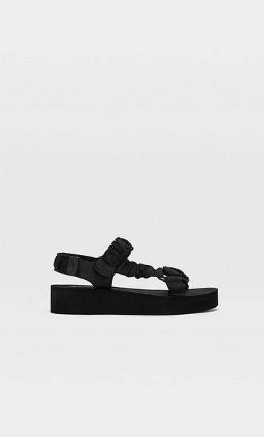 Flache Sandalen mit Stoffriemchen für 25,99€